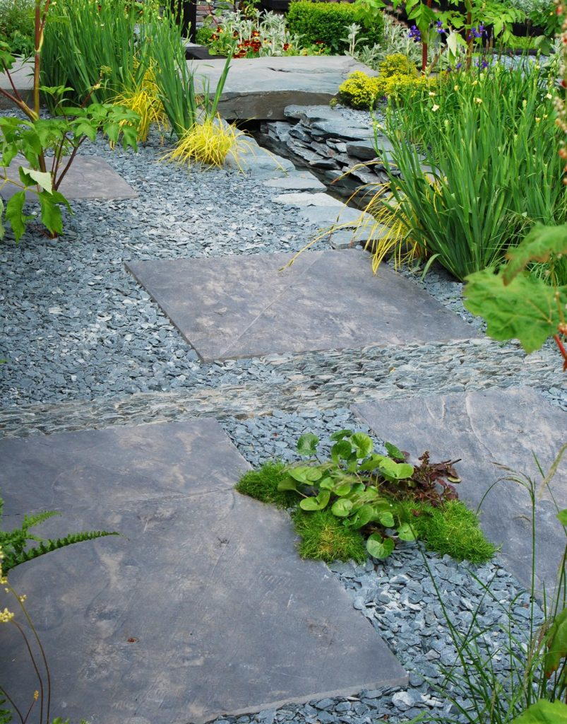 Green slate chippings with grey paving slabs