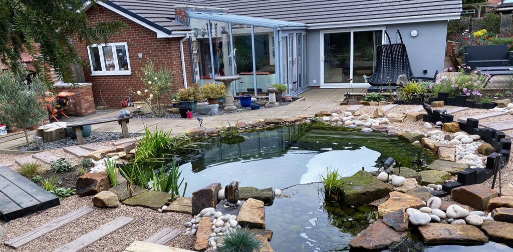 The finished garden complete with all the cobbles and boulders along with green slate chippings and pea gravel.